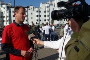 Piotr Skubiszewski udziela wywiadu